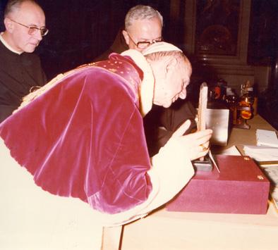 Pablo VI venera la Reliquia de Santa Beatriz, el 3 de octubre de 1976