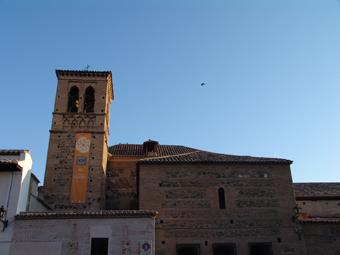 La torre y el exterior de la capilla de los Francos