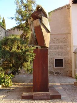 Estatua de Santa Beatriz en la plaza